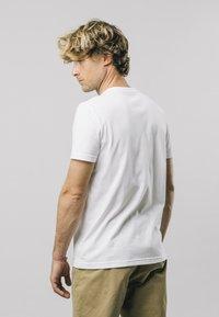 Brava Fabrics - SAFETY MATCHES - T-shirt print - white - 2