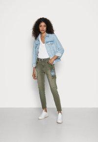 Desigual - PANT COBAIN - Cargo trousers - green - 1