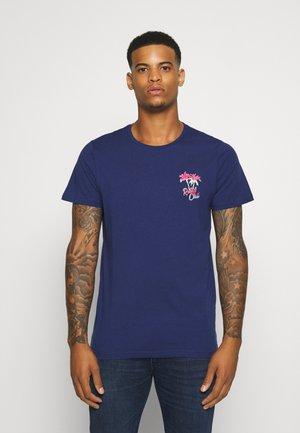 UNISEX CONNER TEE - Print T-shirt - blue depths