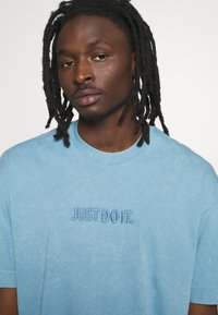 Nike Sportswear - Print T-shirt - light blue - 5
