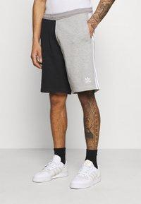 adidas Originals - BLOCKED UNISEX - Shorts - black - 0