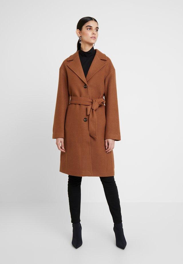 Zimní kabát - dark brown/camel