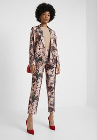 Scotch & Soda - PRINTED PANTS IN SHINY QUALITY - Bukse - pink - 1