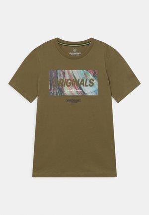 JORSWIRL TEE CREW NECK JR - Print T-shirt - martini olive