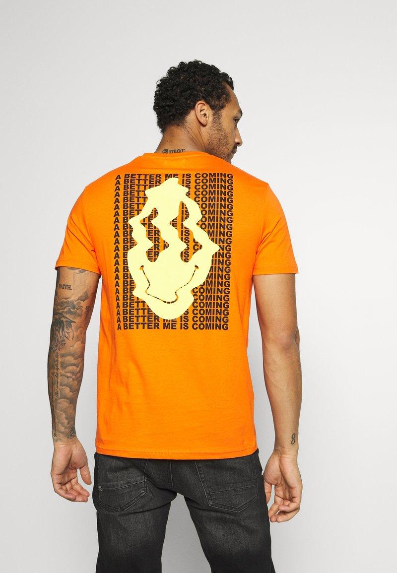 YOURTURN - T-shirt med print - orange