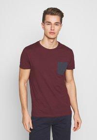 Pier One - Print T-shirt - bordeaux - 0
