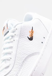 Nike Sportswear - COURT VINTAGE PRM - Sneakers laag - white/black/total orange - 2
