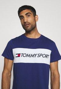 Tommy Hilfiger - COLOURBLOCK LOGO - T-shirt med print - blue - 4
