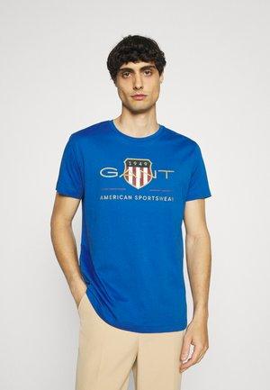 ARCHIVE SHIELD - T-shirt med print - nautical blue