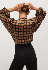 Mango - GEOMETRISCHEM MUSTER - Button-down blouse - karamell - 2