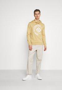 TOM TAILOR DENIM - HOODY WITH PRINT - Sweatshirt - lark beige - 1