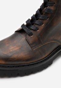 Iro - CANTRELL - Šněrovací kotníkové boty - dark brown - 5
