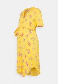 Pieces Maternity - PCMTRINA SHIRT MIDI DRESS - Vestido camisero - banana - 0