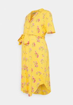 PCMTRINA SHIRT MIDI DRESS - Košilové šaty - banana