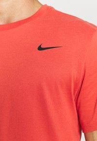 Nike Performance - TEE CREW SOLID - Basic T-shirt - lobster/black - 5