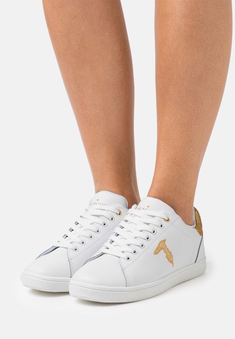 Trussardi - GLITTER PATCH - Sneakersy niskie - white/gold