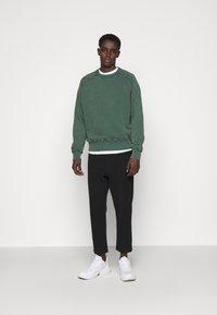 oftt - HEAVYWEIGHT RAGLAN - Sweatshirt - green - 1