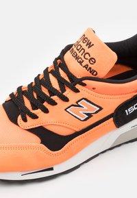New Balance - M1500  - Sneakersy niskie - neo orange/black - 5