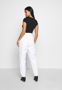 Missguided Petite - RIOT HIGHWAIST PLAIN MOM - Relaxed fit jeans - white - 2