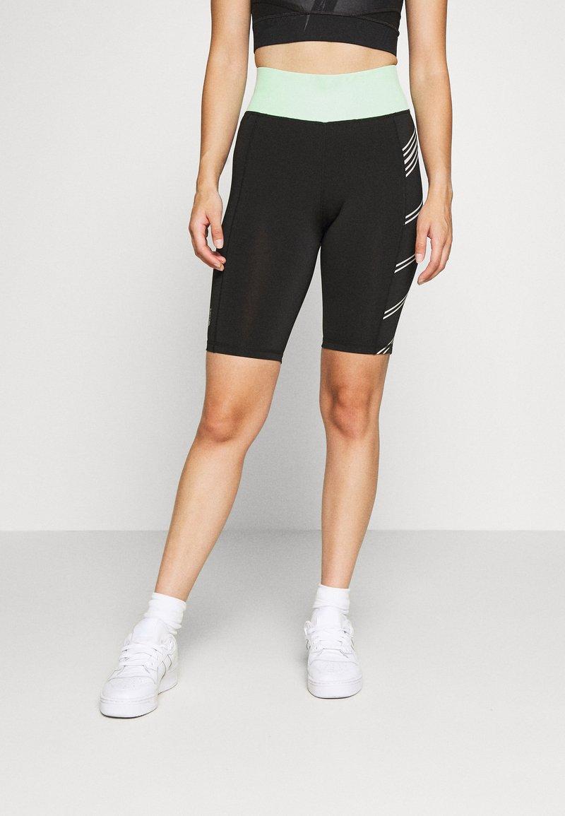 ONLY PLAY Petite - ONPMANON TRAINING - Shorts - black/green ash/white iridesce
