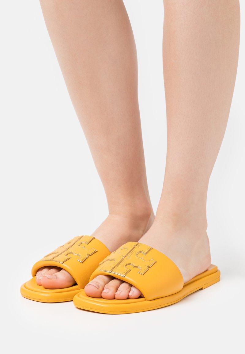 Tory Burch - DOUBLE T SPORT SLIDE - Klapki - light yellow
