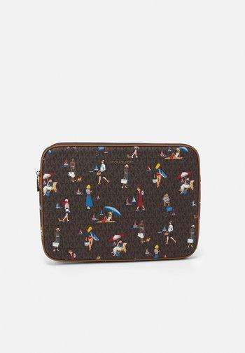 JET SET LAPTOP CASE - Taška na laptop - brown/multi