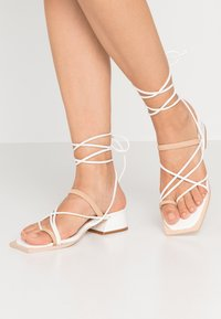 Lost Ink Wide Fit - STRAPPY TWO TONE FLAT - Varvassandaalit - white - 0