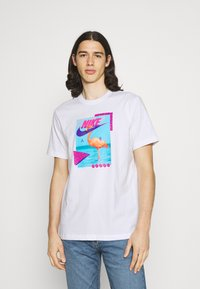 Nike Sportswear - M NSW BEACH FLAMINGO - Print T-shirt - white - 0