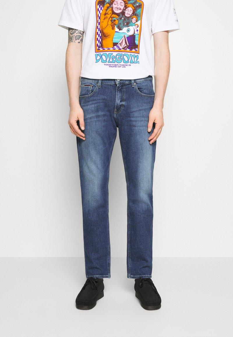 Tommy Jeans - RYAN RELAXED STRAIGHT - Straight leg jeans - hanks dark blue comfort