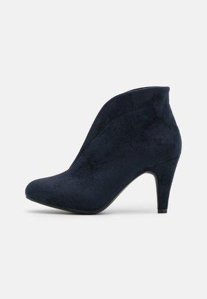 AMUSE - Boots à talons - navy
