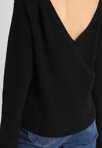 Even&Odd - BASIC- BACK DETAIL JUMPER - Sweter - black - 4