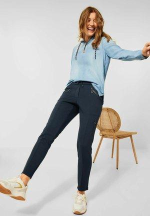 MIT ZIPPER - Trousers - blau