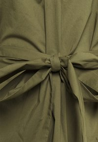 J.CREW - BELTED TUNIC - Denní šaty - frosty olive - 5
