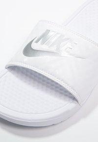 Nike Sportswear - BENASSI JDI - Pantofle - white/metallic silver - 5