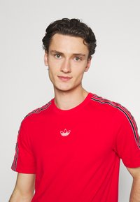adidas Originals - STRIPE UNISEX - T-shirt med print - vivid red - 3