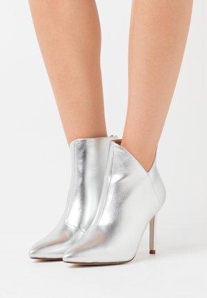 DIANNE - Ankelboots med høye hæler - silver