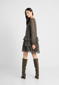 Vero Moda Tall - VMLULU FLOUNCE SHORT DRESS - Sukienka letnia - black/lulu - 3