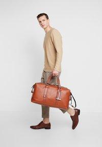 Tommy Hilfiger - CASUAL WEEKENDER - Weekend bag - brown - 1