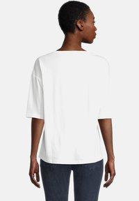 Cartoon - MIT PAILLETTEN - Print T-shirt - cream/silver - 2