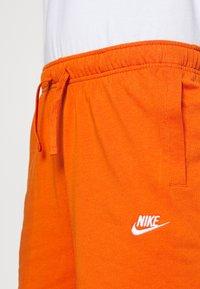 Nike Sportswear - CLUB - Shorts - campfire orange/white - 5