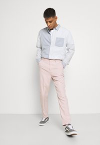 Mennace - SUNDAZE TAPERED FIT SUIT TROUSER - Chinos - pink - 3