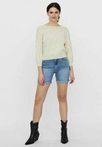 Vero Moda - Shorts di jeans - light blue denim - 1