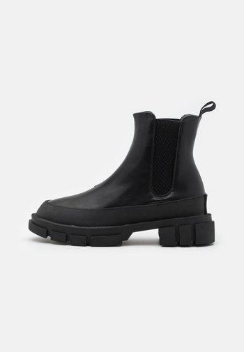 BOOTS - Kotníkové boty na platformě - black