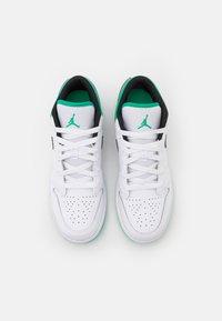 Jordan - AIR 1 LOW UNISEX - Chaussures de basket - white/stadium green/black - 3