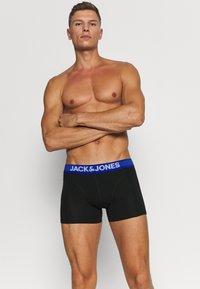 Jack & Jones - JACAND TRUNKS 3 PACK - Shorty - black/bonnie blue/surf the web - 3