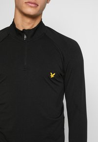 Lyle & Scott - PERFORMANCE SEAMLESS MIDLAYER - Sports shirt - true black marl - 5