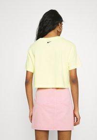 Nike Sportswear - CROP TEE  - T-shirts - zitron - 2