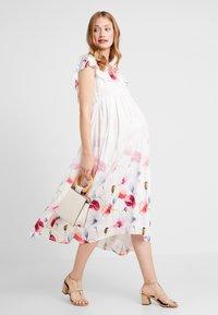 True Violet Maternity - TRUE HI LOW MIDAXI DRESS WITH FRILLS - Długa sukienka - ombre cream - 1