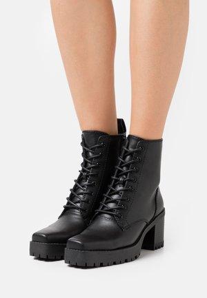 LACE UP SQUARED PROFILE SOLE BOOTS - Šněrovací kotníkové boty - black