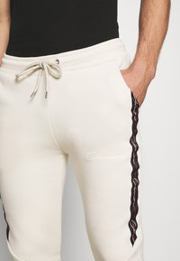 CLOSURE London - TAPED JOGGER - Pantalon de survêtement - off white - 5